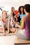 妇女谈话在健身房在锻炼以后 图库摄影