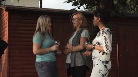 妇女谈话在家庭党 股票视频