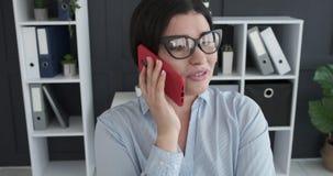 妇女谈话在手机在办公室 股票视频