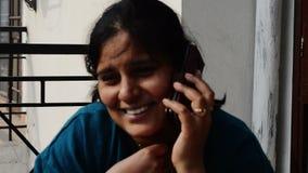 妇女谈话在有他的朋友的智能手机 影视素材