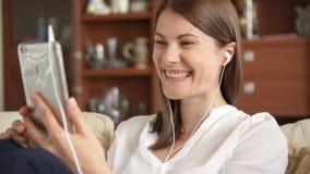 妇女谈话在电话有交谈通过录影闲谈会议 女实业家电话聪明使用 股票录像