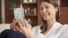 妇女谈话在电话有交谈通过录影闲谈会议 女实业家电话聪明使用 影视素材