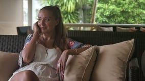 妇女谈话在电话,当享受在热带手段时的假期 影视素材