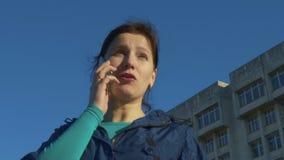 妇女谈话在街道的电话 慢动作, 120 fps 股票录像