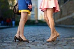 妇女谈话在街道 免版税库存照片