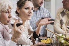 妇女谈话在饭桌上 免版税库存照片