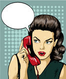 妇女谈话由有讲话泡影的电话 导航在减速火箭的可笑的流行艺术样式的例证 免版税图库摄影