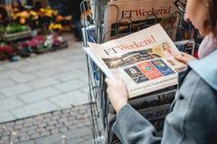 妇女购买新闻FT周末 库存图片