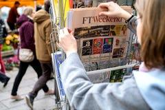 妇女购买新闻FT周末 库存照片