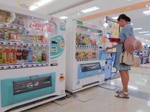 妇女购买饮料 免版税图库摄影