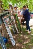 妇女购物古董在Braselton乔治亚古董节日 库存图片