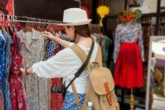 妇女购物在泰国假期 免版税图库摄影