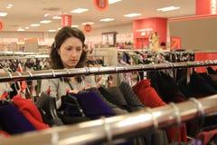 妇女购物 免版税库存照片