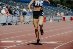 妇女赛跑者用肢体损失手 库存图片