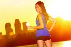 妇女赛跑者饮用水城市赛跑,蒙特利尔 免版税库存照片