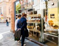 妇女赞赏的甜点在法国面包店咖啡馆商店 库存照片