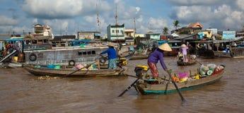妇女走向家在买在河的食物以后 图库摄影