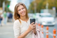 妇女走在城市的30岁在一个晴天 免版税库存图片