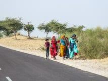 妇女走在街道的路旁的一个小组到普斯赫卡尔,印度 库存图片