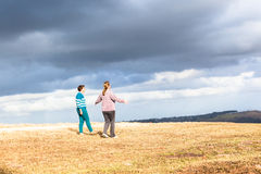 妇女走探索自然公园 免版税库存图片