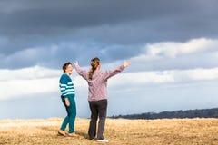 妇女走探索自然公园 图库摄影