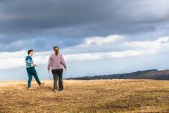 妇女走探索自然公园 免版税库存照片