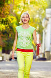 妇女走的城市街道 免版税库存照片
