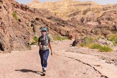 妇女走的沙漠 图库摄影