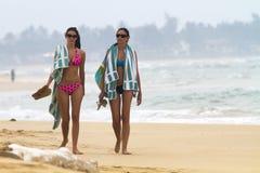 妇女走的海滩 库存图片