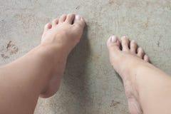 妇女走的脚 库存图片