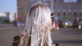 妇女走的街道头发吹的风太阳镜 股票录像