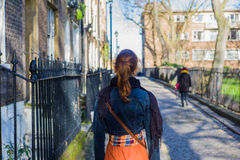 妇女走的被修补的街道 免版税图库摄影