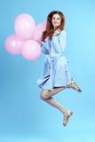 妇女跳与气球 免版税图库摄影