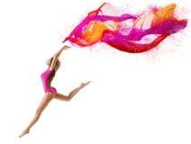 妇女跳体育,女孩舞蹈家,体操运动员飞行桃红色布料 免版税库存照片