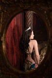 妇女跳舞与披肩的肚皮舞 反映在镜子 审美东部 图库摄影