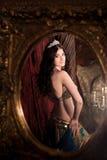 妇女跳舞与披肩的肚皮舞 反映在镜子 审美东部 库存图片