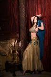 妇女跳舞与披肩的肚皮舞 审美东部 库存照片