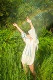 妇女跳舞在夏天雨中 库存图片
