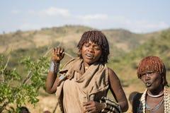 妇女跳舞并且唱歌在公牛跳的仪式,埃塞俄比亚 图库摄影