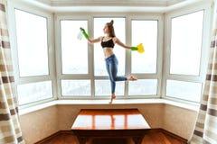 妇女跳舞洗涤窗口 免版税图库摄影