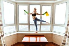 妇女跳舞洗涤窗口 库存图片