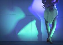 妇女跳舞辣调味汁的腿 免版税图库摄影