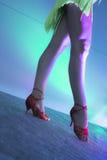 妇女跳舞辣调味汁的腿 免版税库存照片