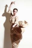 妇女跳舞长的飞行礼服的佛拉明柯舞曲舞蹈家 免版税图库摄影