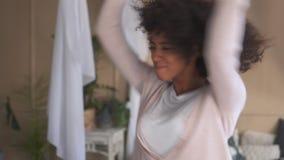 妇女跳舞,当听到在手机时的音乐 股票视频