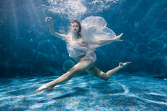 妇女跳舞水下的体育舞蹈 库存图片