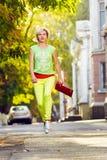 妇女跳跃的走的城市街道 免版税库存图片