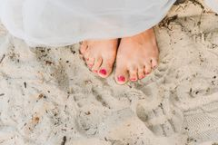妇女身分赤足在海滩 免版税库存图片