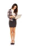 浏览使用膝上型计算机的互联网 免版税库存图片