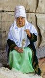 妇女转动毛纱 免版税库存照片